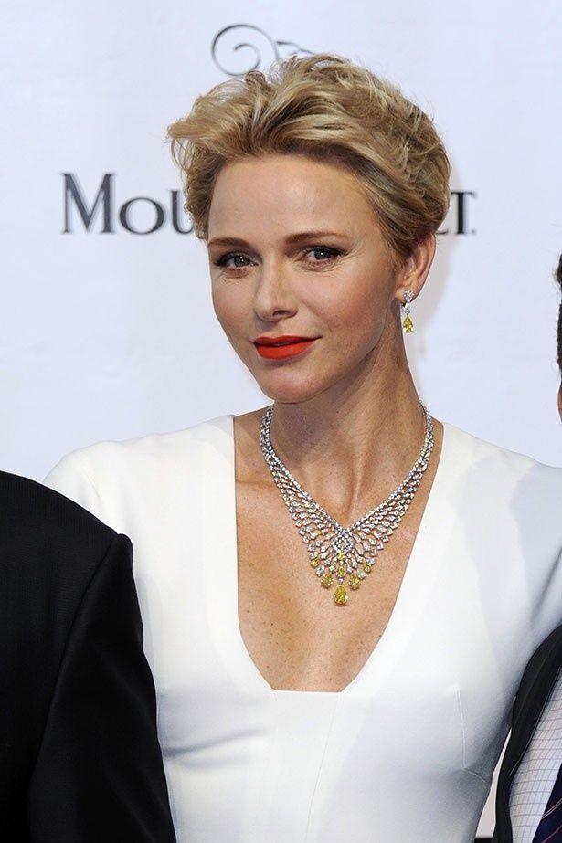 【写真を見る】美しきシャルレーヌ公妃の大胆ドレス姿