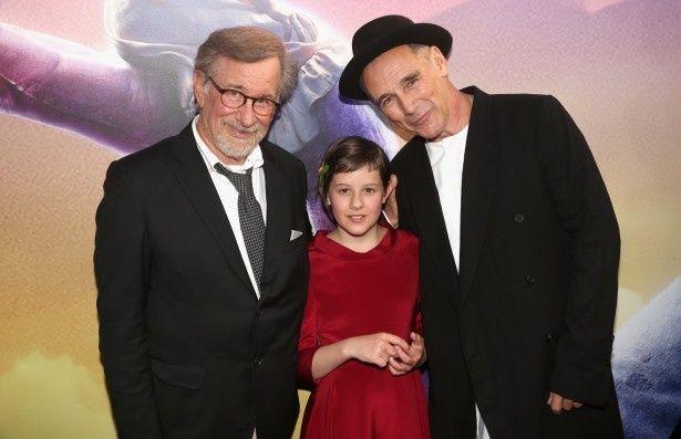 プレミアに登壇した(左から)スティーブン・スピルバーグ監督、ルビー・バーンヒル、マーク・ライランス