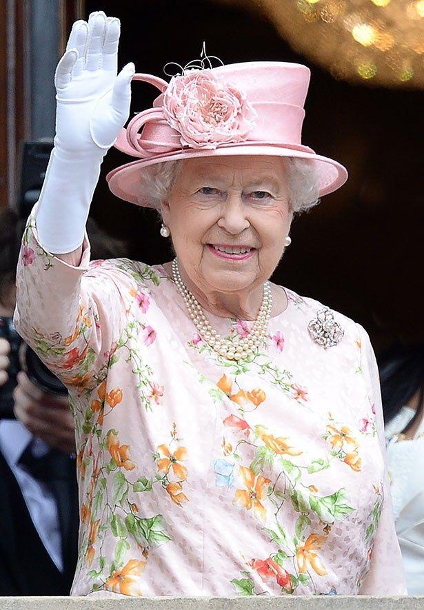 2013年のロイヤル・アスコットと全く同じ装いで登場したエリザベス女王はこの服がお気に入りのようだ