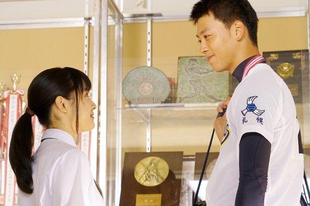 【写真を見る】見つめ合う土屋太鳳と竹内涼真。ちょうど頭一つ分の身長差にキュン!