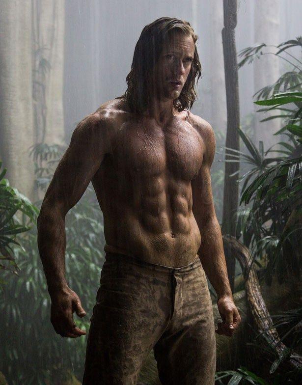 鍛えぬかれた肉体を披露したイケメン俳優のアレクサンダー・スカルスガルド