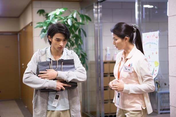横浜流星は、橋本扮する美里の同僚・穣を演じている