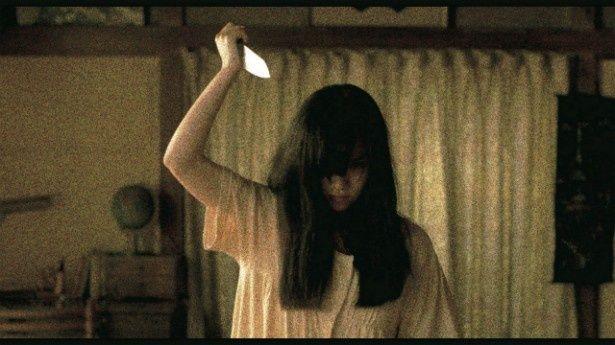 【写真を見る】恐怖!女が包丁を振りかざすシーンが強烈