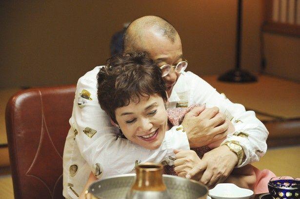 劇中で熱い抱擁を見せる大竹しのぶと笑福亭鶴瓶