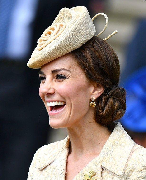 これまでも髪をまとめたヘアスタイルであるシニヨンヘアで度々登場していたが、今回はさらにキャサリン妃流アクセントが