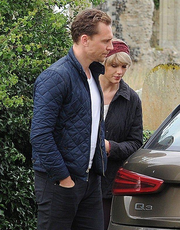 トムの溺愛ぶりなどが、ファンの間で真実味がないと噂が広まっている