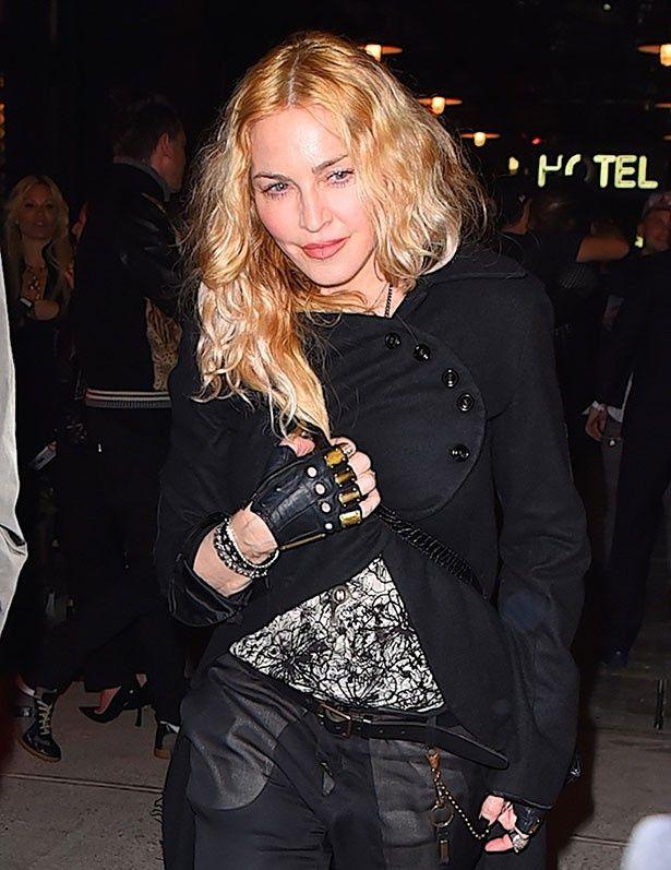 マドンナといえば派手なファッションが多く、メイクもバッチリ!