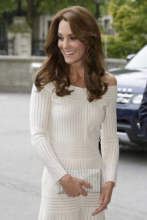 先日オフショルダーのドレスを美しく着こなし、話題になったキャサリン妃。ドレスは即完売