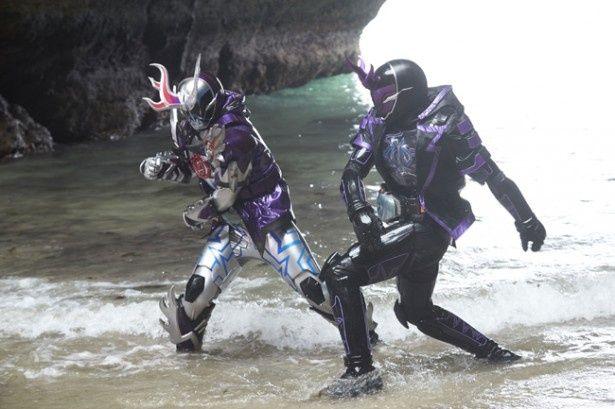 仮面ライダーディープスペクターと戦う仮面ライダーゼロスペクター(写真右)