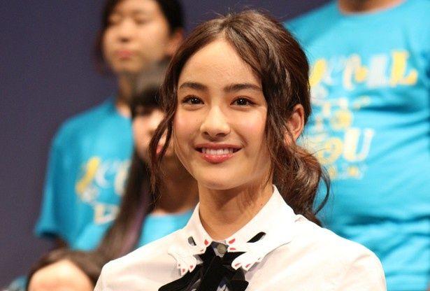 一番年下の平祐奈は、キラキラの笑顔で他キャストの話を聞いていた