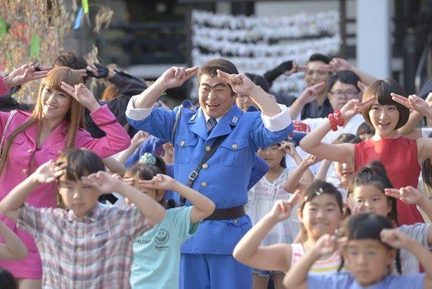 公開されたメーキング写真。キャストが子供たちと一緒に踊る