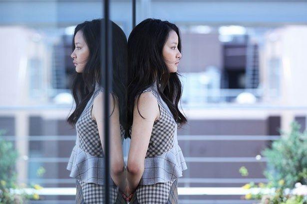 【写真を見る】20歳の人気モデル織田梨沙が、松坂桃李ら男たちを誘惑!?