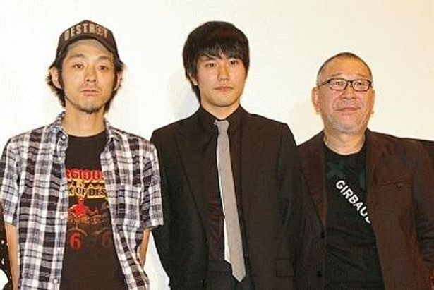 右から崔洋一監督、主演の松山ケンイチ、脚本の宮藤官九郎の3人