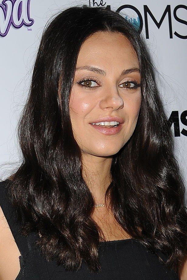 ミラ・クニスはテレビ番組に出演した際、企画のなかで夫の股間について発言した