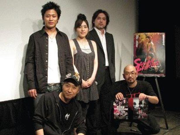 前列左より梶研吾監督と特効監督の西村喜廣。後列は左より水野大、平瀬美紀、綾部武