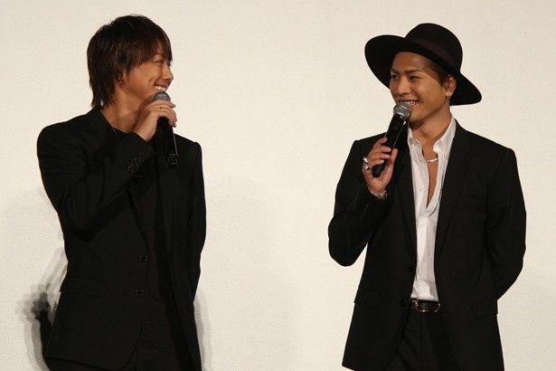 【写真を見る】2人で無邪気に笑い合うTAKAHIROと登坂広臣