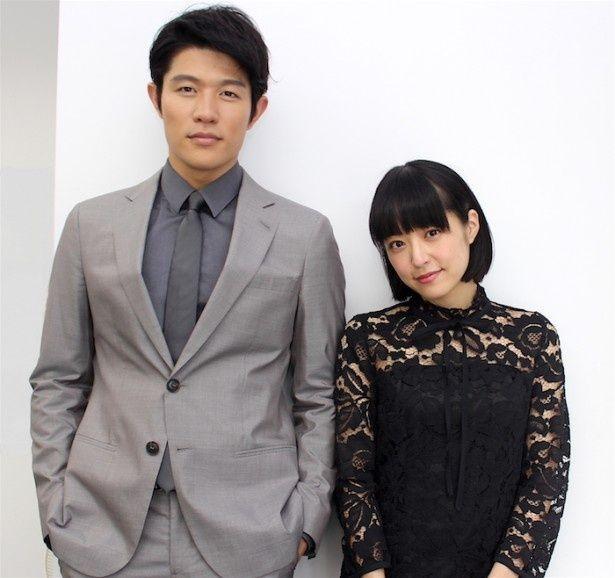 【写真を見る】井上真央と鈴木亮平がインタビューに登場!