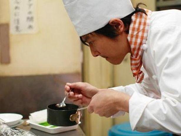 真剣な表情で料理に取り組む堺雅人