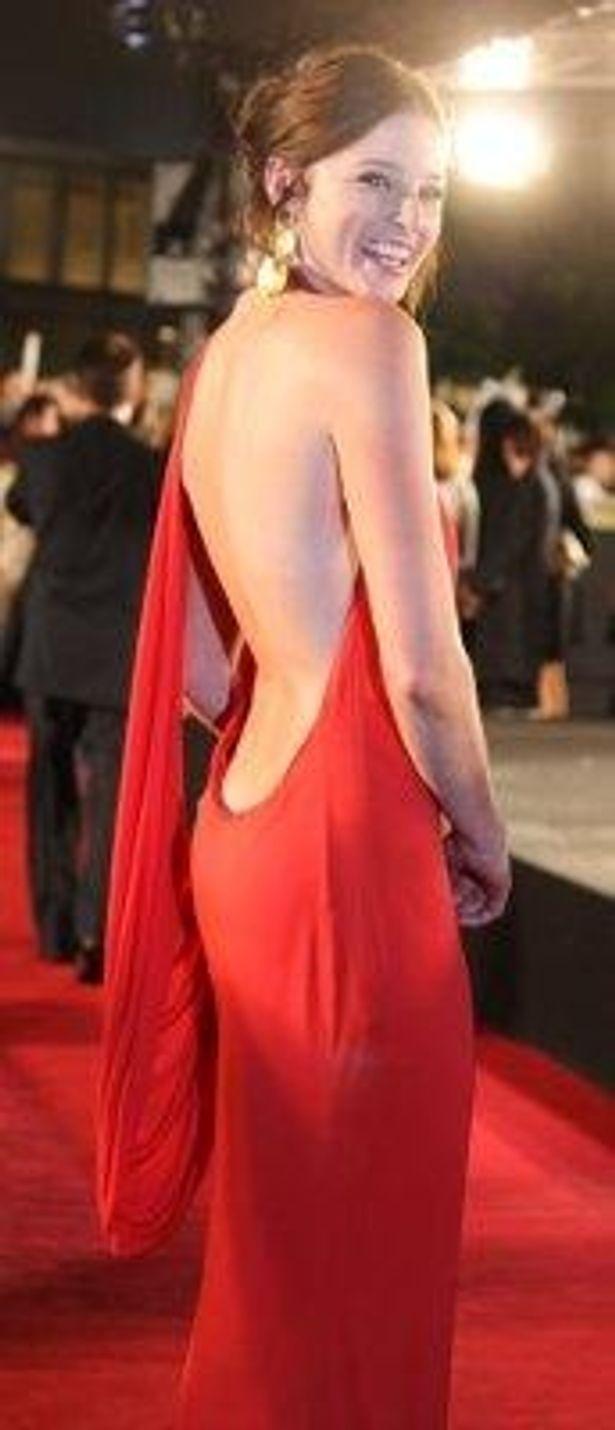 大胆でセクシーな背中見せドレスで登場したレイチェル・ニコルズ