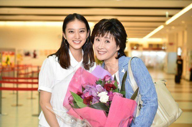 未亜役の武井咲と、未亜の母・栗原鈴子役の小林幸子(右)