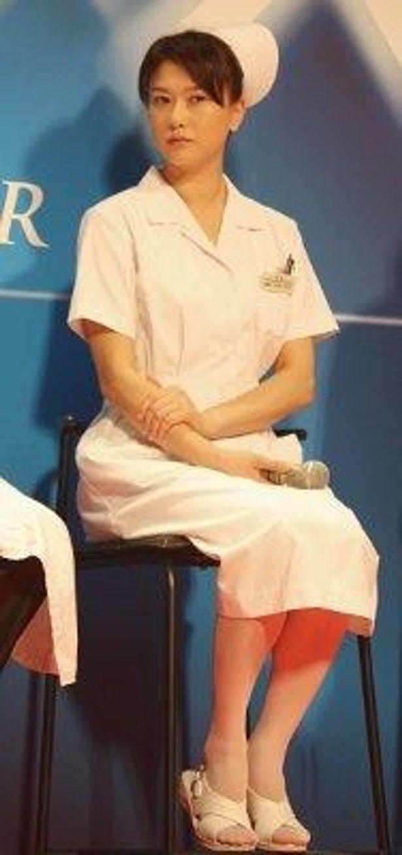 夏川結衣にとって初のナース役。ナース服&シューズがお似合い