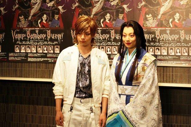 劇中に登場するナメクジ連合の衣装で登場した中村倫也(左)とド派手メイクでかぐや姫を演じる小池栄子(右)