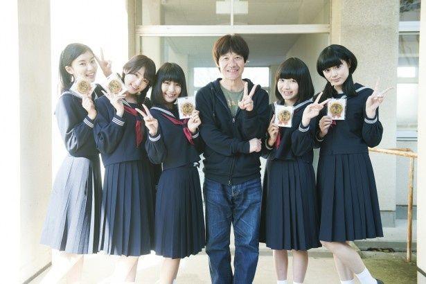 内村光良(右から3番目)と夢みるアドレセンスの小林れい、志田友美、荻野可鈴、京佳、山田朱莉(写真左から)