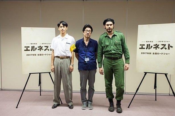 【写真を見る】撮影後に会見を行った3名、左から森記者役の永山、阪本監督、ゲバラ役のバレロ