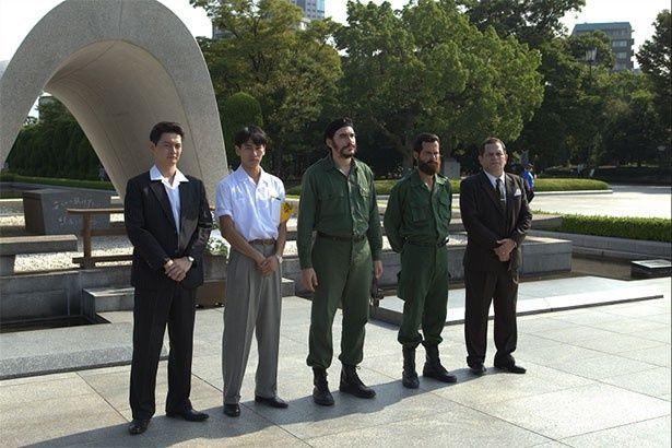今月19日に広島平和記念公園内の慰霊碑でゲバラの献花シーンの撮影が行われた