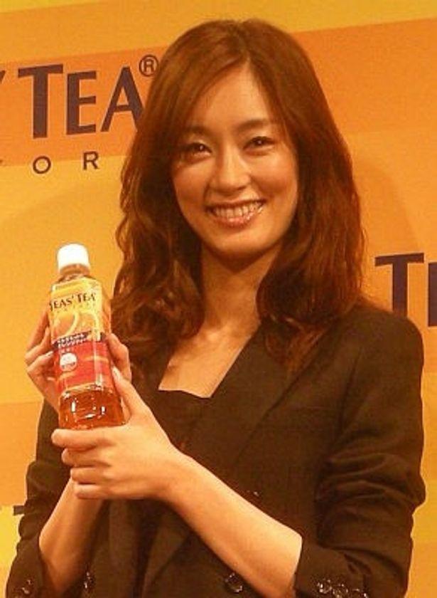 「TEAS' TEA ベルガモット&オレンジティー」の新CMで、キャビンアテンダントに!