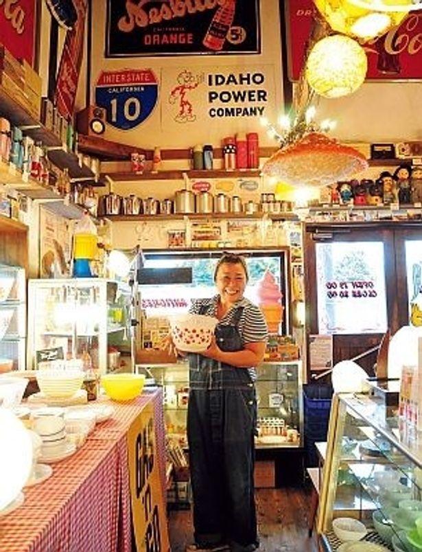 アンティークショップ「BIG MAMA」の広川恵さん。店内にはアメリカンな雑貨がいっぱい