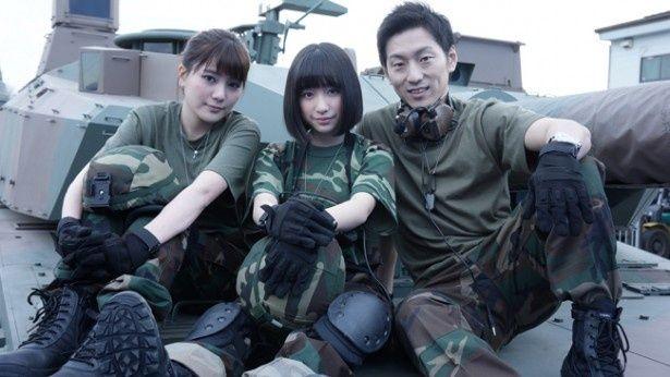 高橋胡桃(写真左)、吉田凜音らミリタリールックに身を包んだ美少女たちの活躍に注目