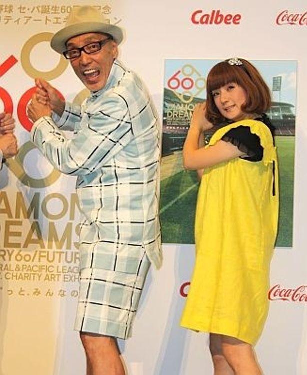 バッターのポーズを決めるテリー伊藤さんと千秋さん。テリーさんは本イベントのキャプテンに就任