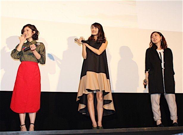 【写真を見る】松岡茉優、カーキのシャツに真っ赤なスカートで登場。早見沙織はふわりとしたワンピース姿披露