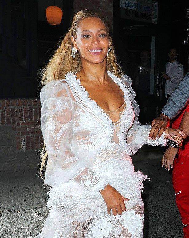 セクシーな白いロングドレス姿で現れたビヨンセ