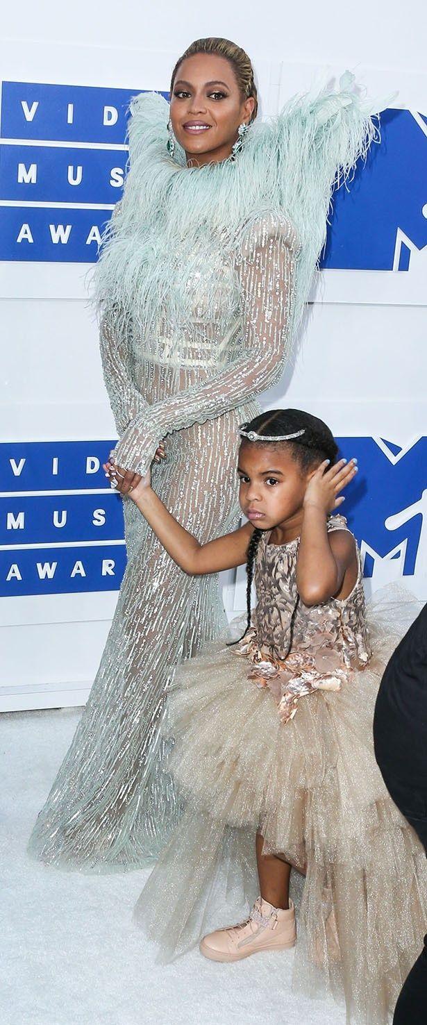 ビヨンセが娘のブルー・アイビーを連れて授賞式に登場した