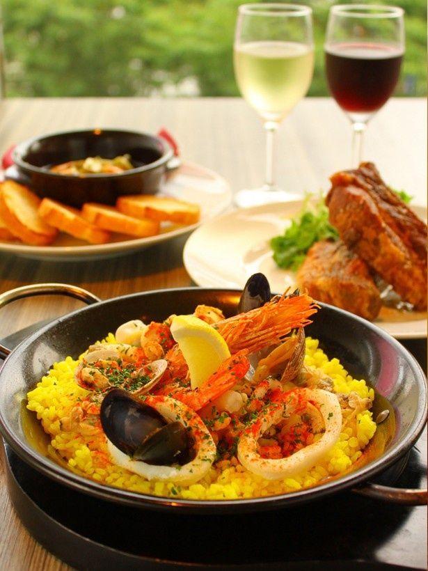 スペイン・イタリア料理の「Tapas Lounge Cantina」のパエリアは魚介の旨味が詰まっている