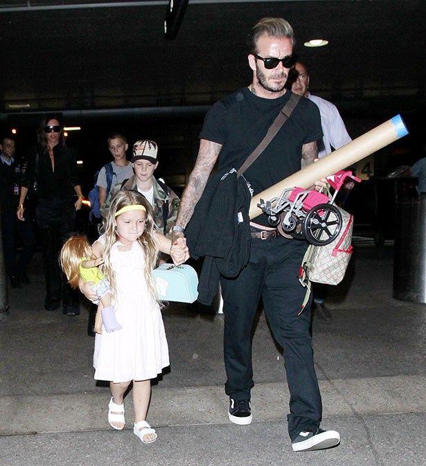 夏休みを終えたベッカム一家が空港で撮影された