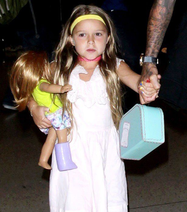 【写真を見る】人形と救急箱を持ったキュートすぎるハーパー