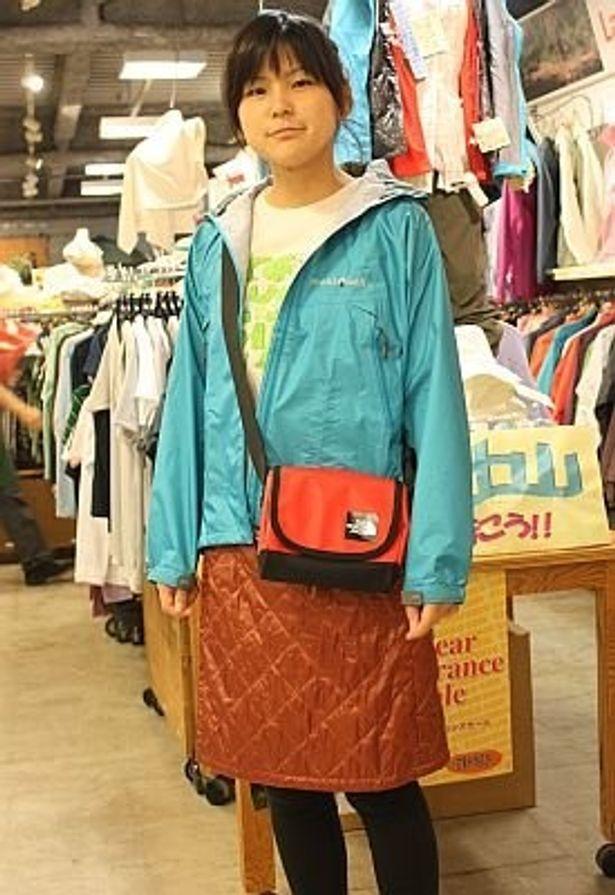 mont-bellのサーマラップスカート(¥6000)はひざ掛けにもなりキャンプに最適。ジャケットもmont-bel(¥19,600)。L-Breath新宿店にて