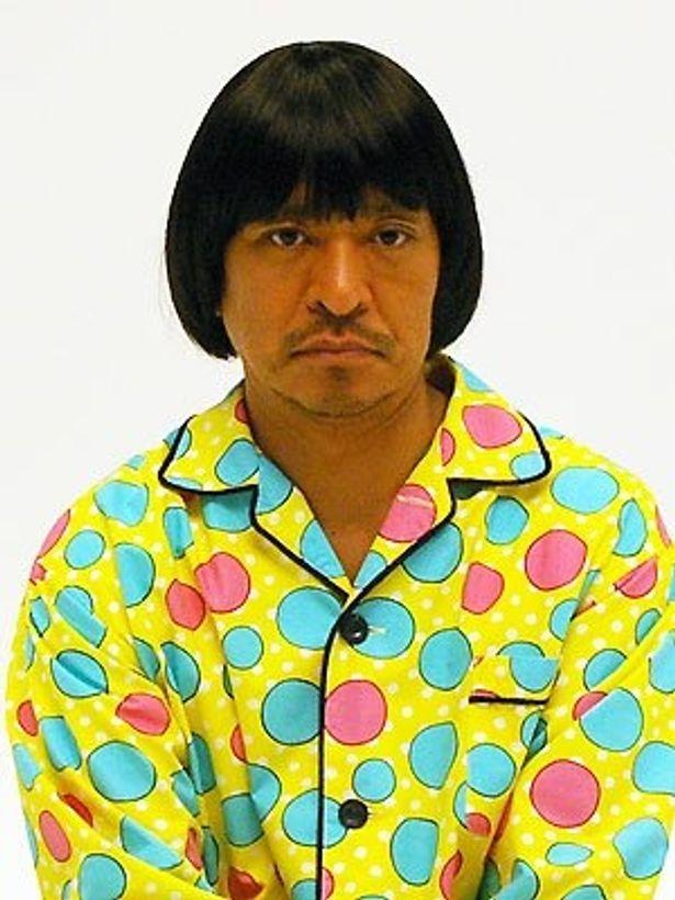 劇中のパジャマ姿でインタビューに応じてくれた松本人志監督