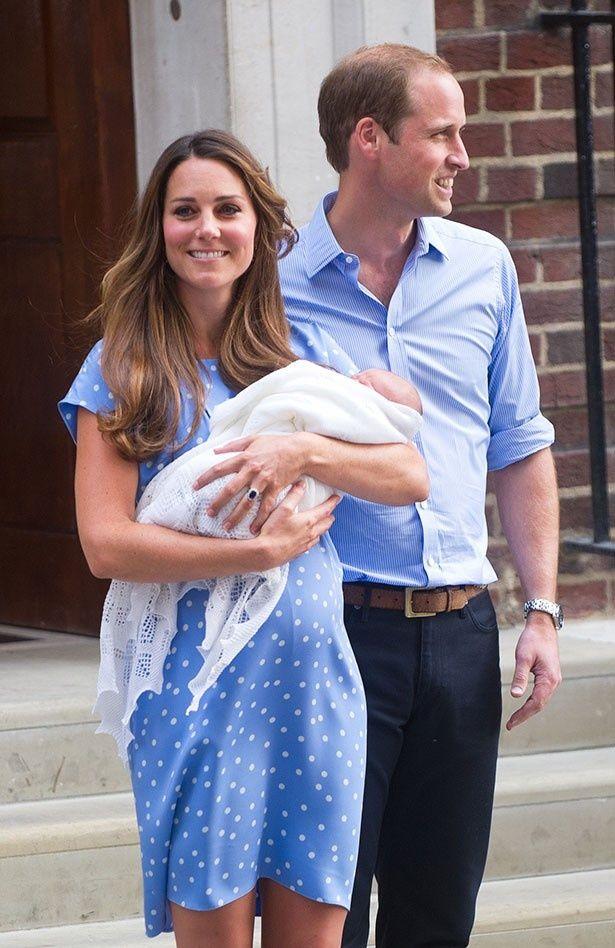 【写真を見る】3人目を妊娠!?ジョージ王子が誕生した時のウィリアム王子夫妻