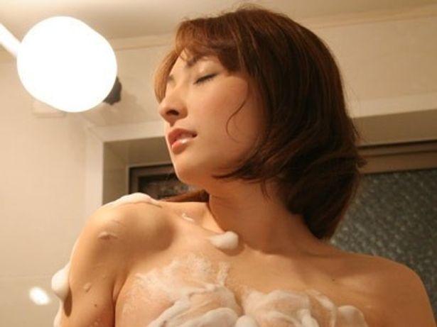 バスルームで妄想にふける人妻・彩乃