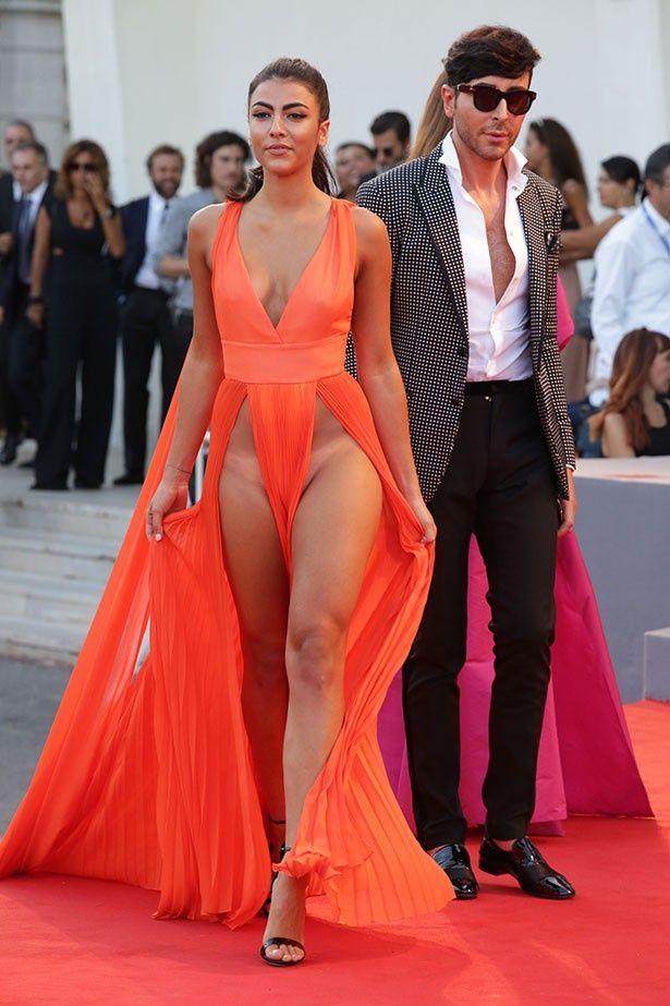 【写真を見る】ギリギリの露出!?ジュリア・サレーミの衝撃的なドレス