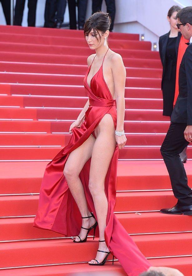 【写真を見る】ドレスの股間部分が全開になってしまったベラ・ハディッド