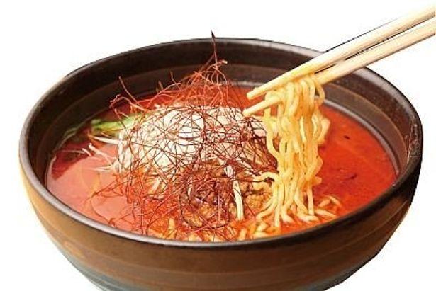 純中国料理 麒麟園の「激辛坦々麺」。スープのタレにはブットジョロキアの粉末のほか、すりおろし唐辛子や七味、鷹の爪などが!
