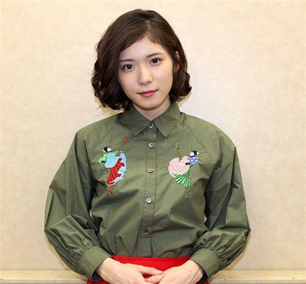 【写真を見る】松岡茉優、キュートなシャツ姿で登場!パワーの源を語った
