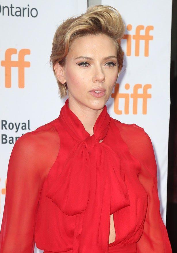 トロント国際映画祭のレッドカーペットに登場したスカーレット