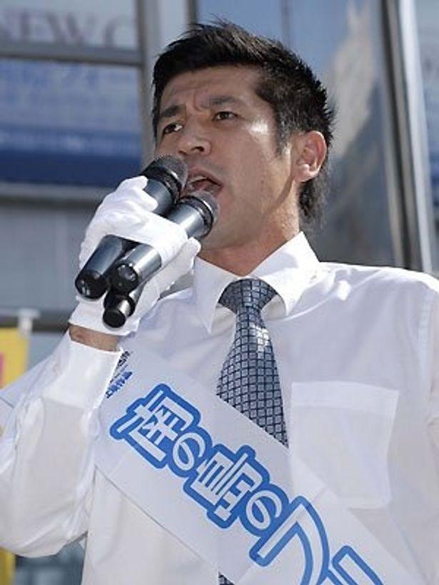 """熱弁を奮うゴリ""""代表""""。シャツにネクタイ、マイクを握る姿は政治家っぽい?"""