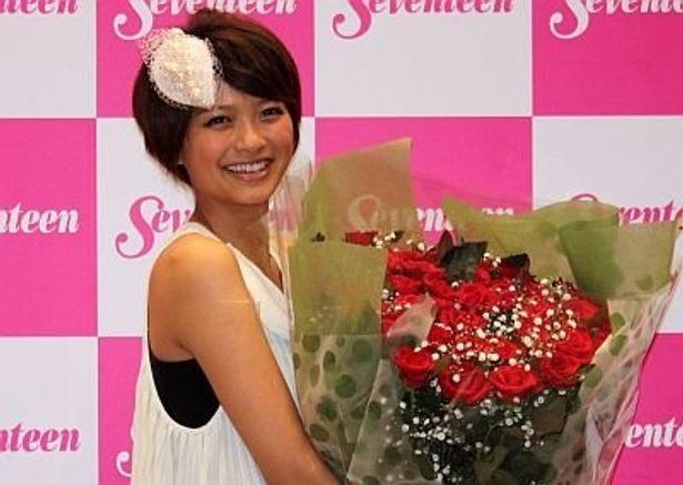 水嶋ヒロさんから贈られた花束を持って。初めての撮影はワンピースで、緊張したのを覚えているという